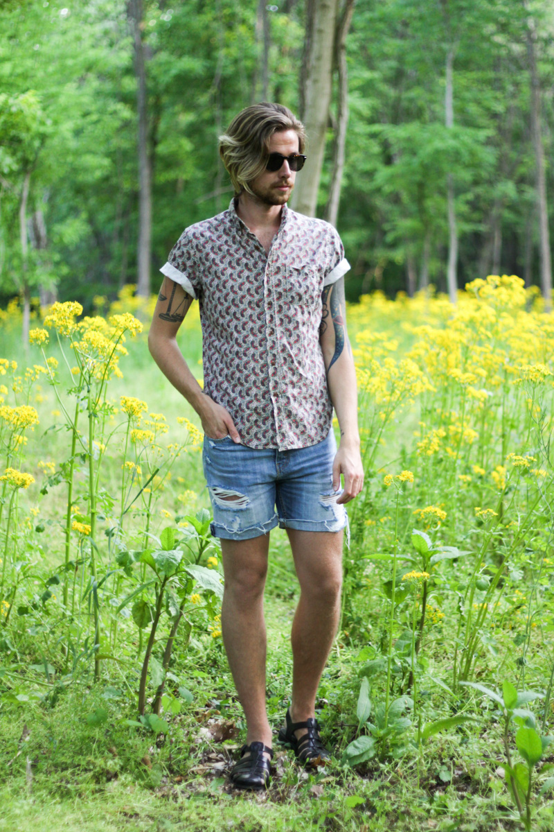The Kentucky Gent in Ray-Ban Wayfarers, Obey Paisley Woven, Levi's Cut-Off Shorts, and Zara Sandals.