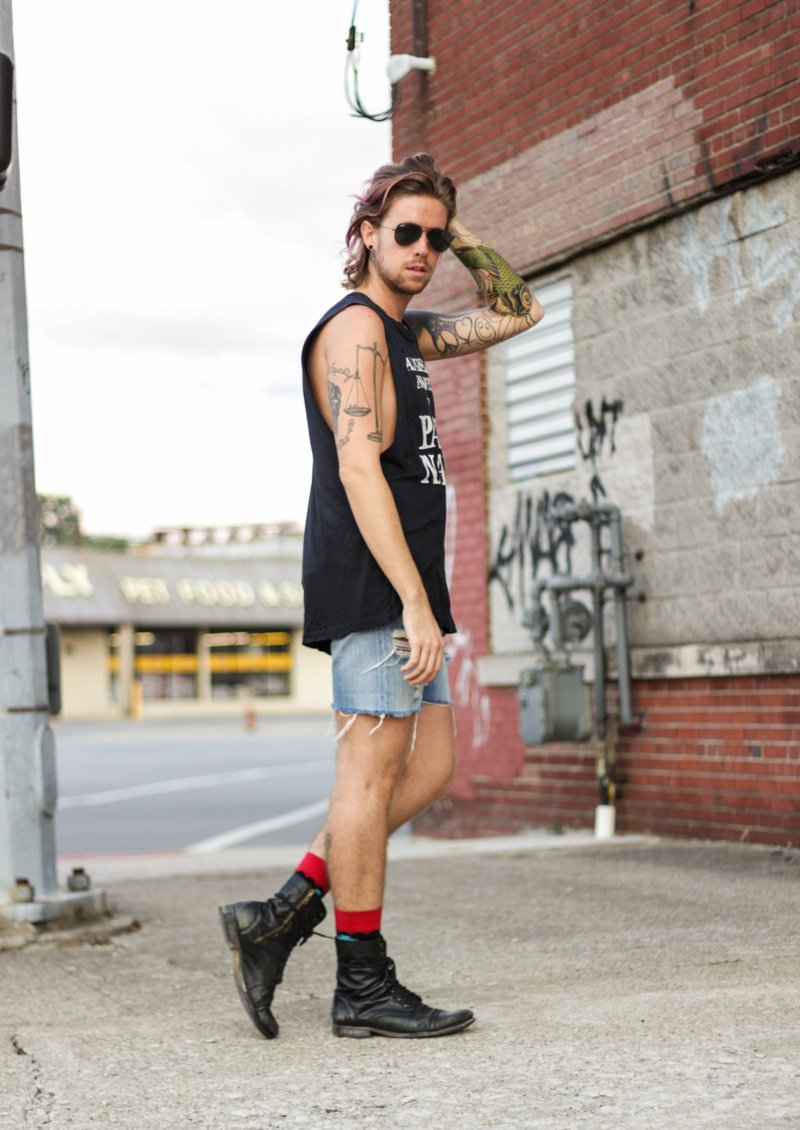 The Kentucky Gent in UNIF All Dressed Up Nowhere To Party Naked Tank, Levi's Cut Off Shorts, Richer Poorer Socks, Steve Madden Boots, and Ray-Ban Aviators.